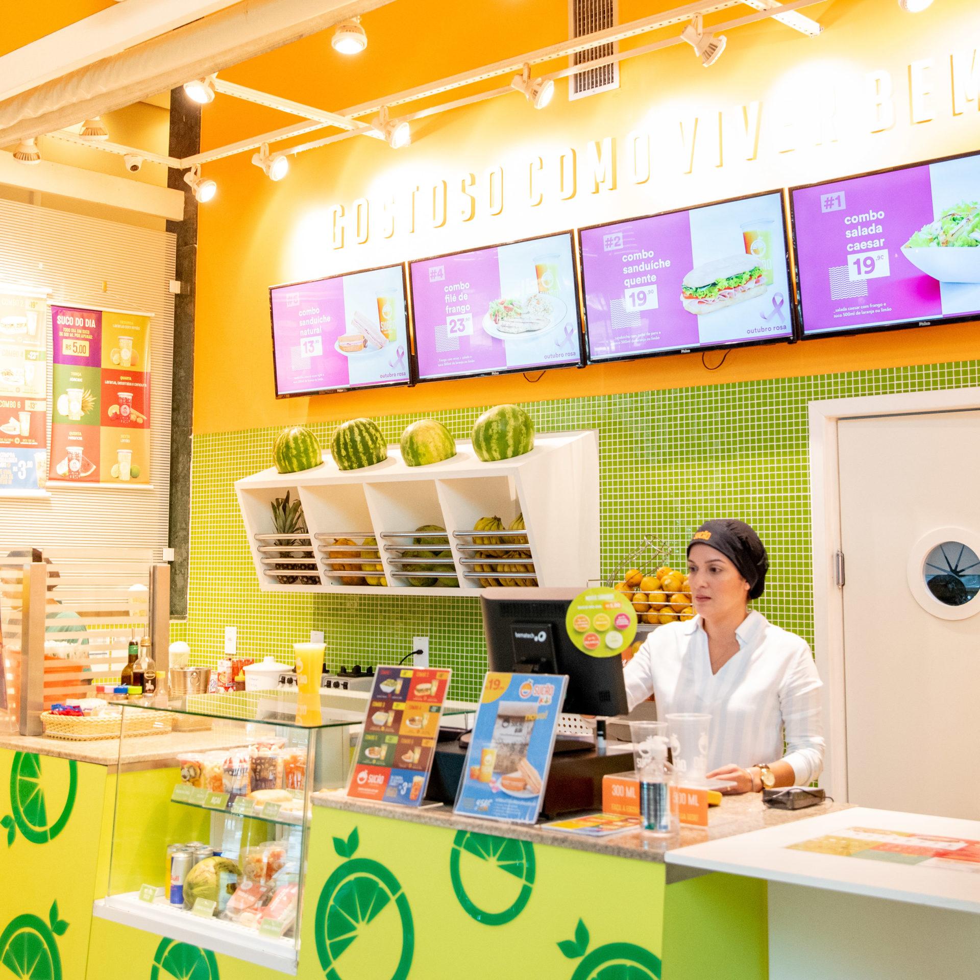Karla no atendimento em sua loja no Polo Shopping Indaiatuba