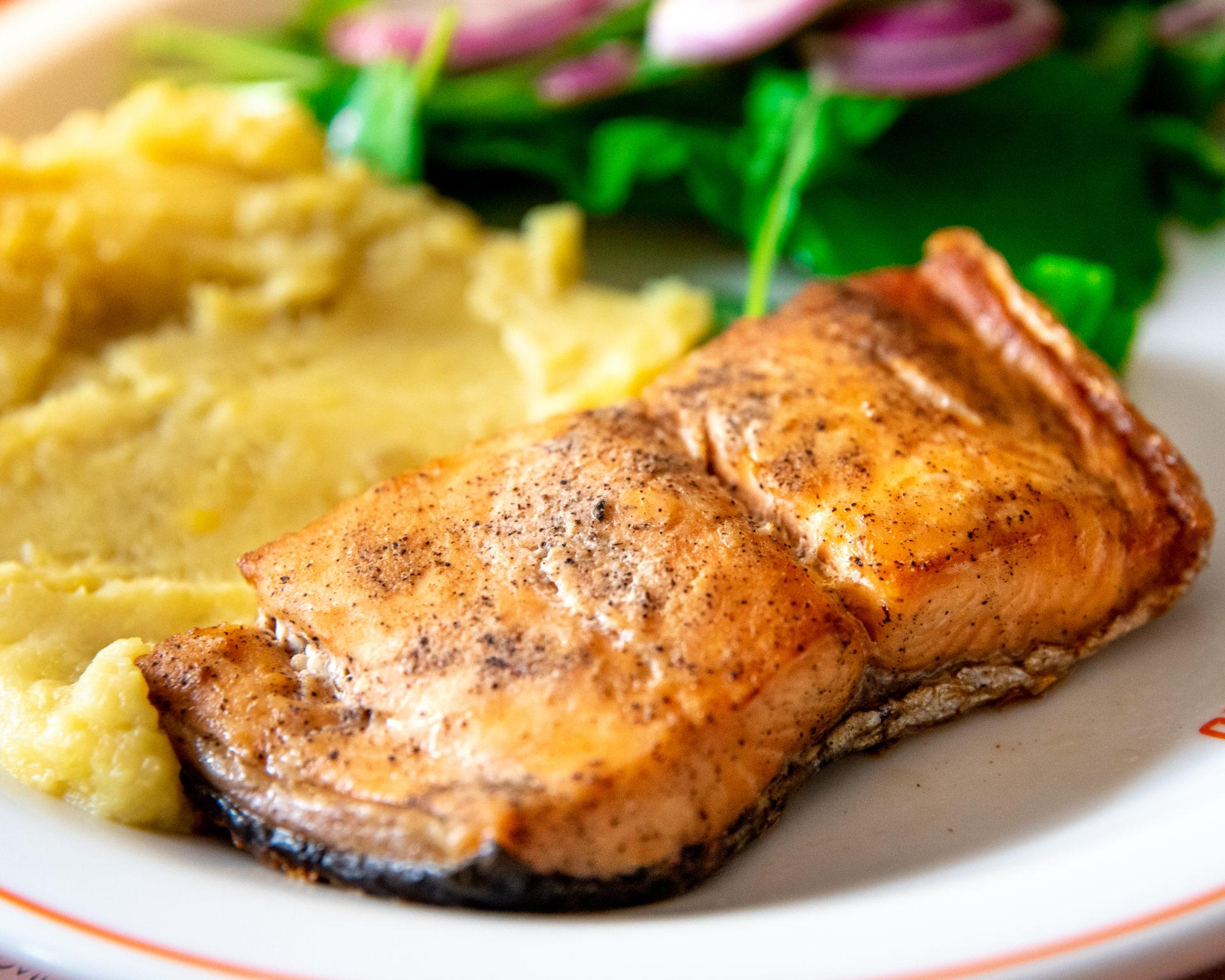 Prato com salmão, pure de batata doce e salada de rúcula